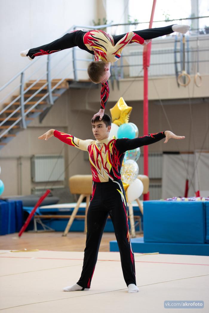 Новгородские акробаты подтвердили свой статус на окружных соревнованиях